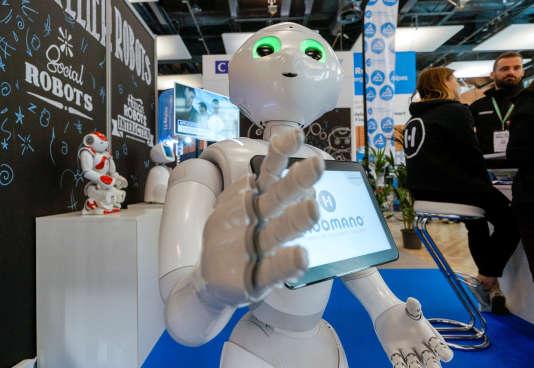 Pepper, le robot humanoïde développé par SoftBank, au salon SiDo de Lyon, le 6 avril.