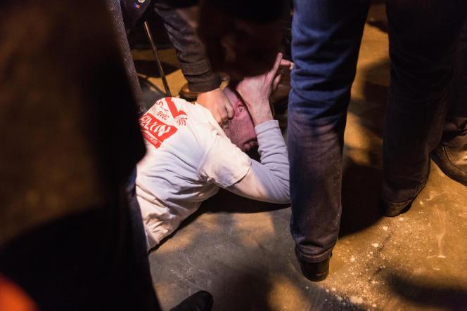 La personne qui a jeté de la farine sur François Fillon a été plaquée au sol par le service de sécurité, jeudi 6 avril.