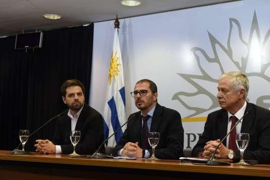 Le secrétaire général et le président du conseil national de la drogue d'Uruguay lors d'une conférence de presse, le 6 avril à Montevideo.