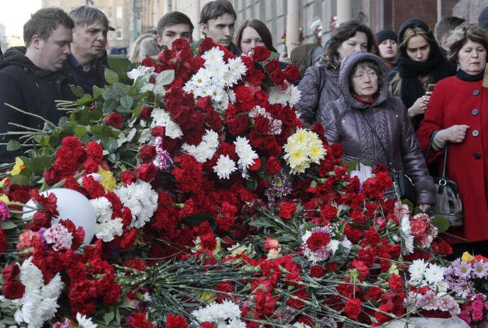 Des Russes se sont réunis jeudi6avril pour rendre hommage aux victimes de l'attentat de Saint-Pétersbourg perpétré lundi3avril2017.