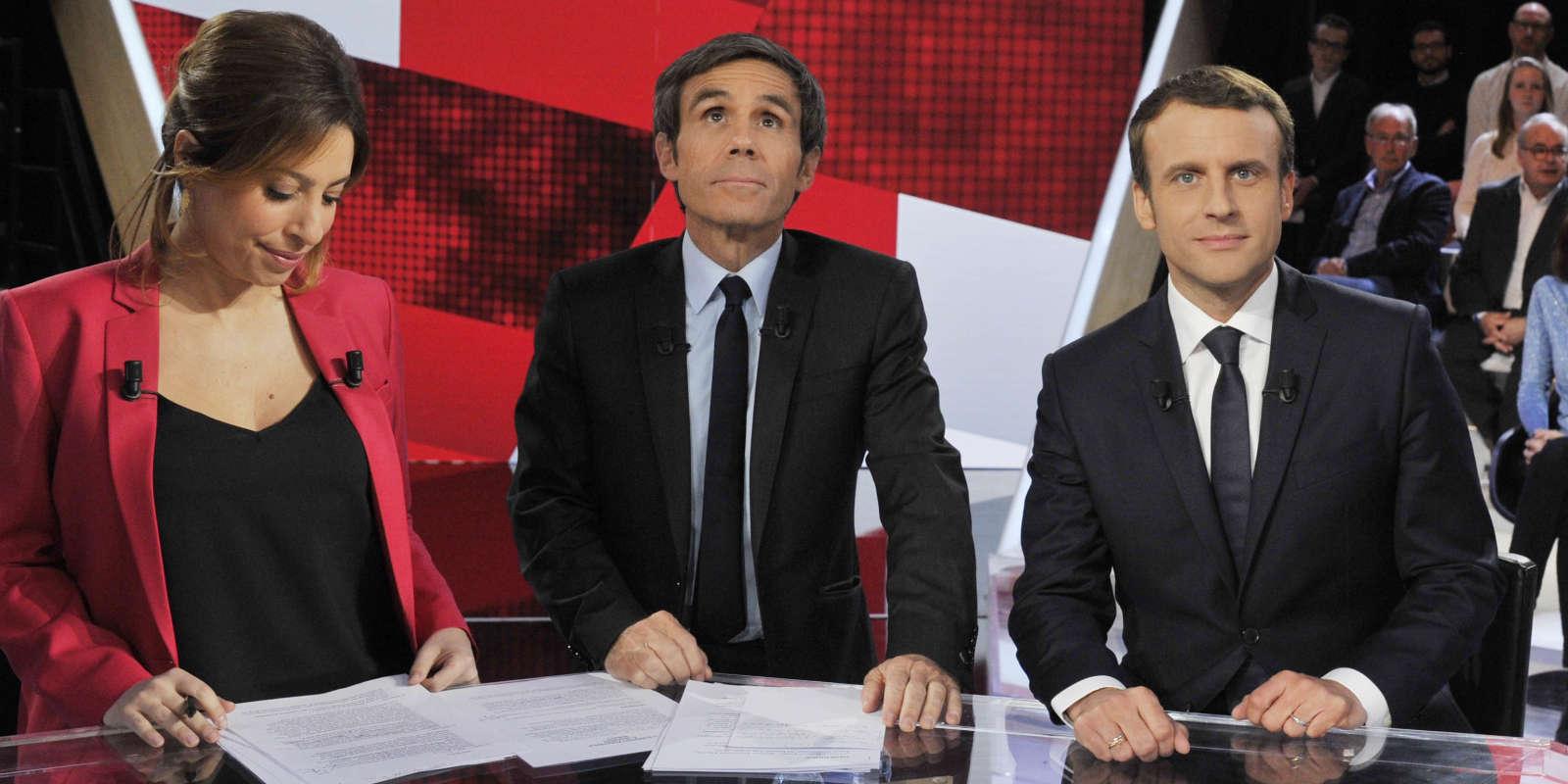 Emmanuel Macron en compagnie de Léa Salamé (g) et David Pujadas (c) sur le plâteau télé avant l'enregistrement de l'Emission Politique