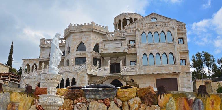 A Miziara, au Liban, une famille travaillant au Nigeria s'est fait construire un palais de quatre étages où se retrouvent pêle-mêle tourelles médiévales, arches ottomanes et baies vitrées modernes.