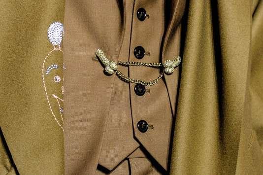 La collection automne-hiver 2017 de Vivienne Westwood comprend une broche mordorée en forme de phallus.