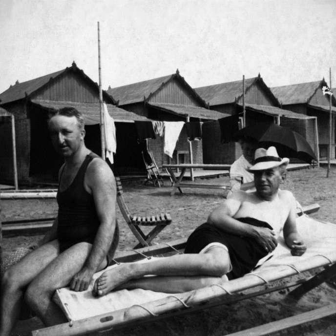 Siegfried Wagner (à gauche) avec son beau-frère Henry Thode sur la plage du Lido à Venise (Italie) en 1910.