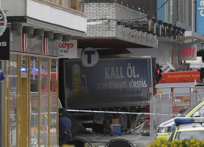 Photo du camion encastré dans la vitrine d'un grand magasin le 7 avril 2017.
