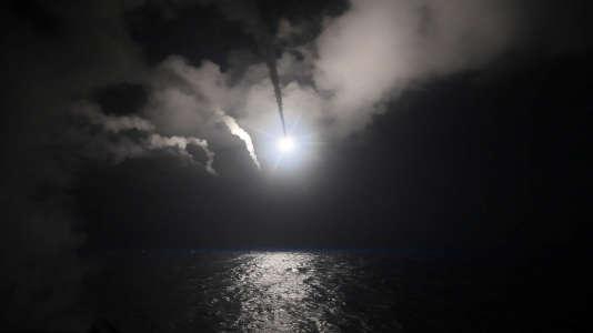 Les Etats-Unis ont frappé une base aérienne syrienne depuis des destroyers (contre-torpilleurs) de la marine américaine dans l'est de la Méditerranée, jeudi 6 avril.