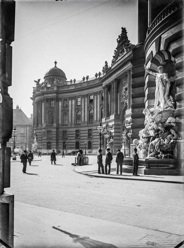 Le palais impérial de la Hofburg sur la Michaelerplatz, à Vienne, en 1900.