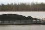 Une barge chargée de charbon du Bassin de l'Illinois, sur le fleuve Ohio, le 3 avril 2017, à Cairo dans l'Illinois aux Etats-Unis.