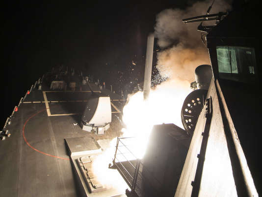 Le navire américain «Ross» (DDG 71) tire un missile sur une base aérienne syrienne, le6avril.