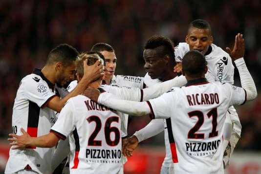 L'attaquant niçoisMario Balotelli après son but lors de la rencontre face à Lille, au stade Pierre-Mauroy, à Villeneuve-d'Ascq, le7avril.