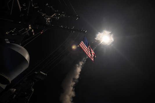 Un missile Tomahawk lancé vers la Syrie depuis un destroyer de l'armée américaine, situé en Méditerranée, le 7avril.