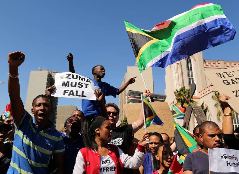 Des manifestants protestent au Cap, appelant à la démission du président sud-africain Jacob Zuma, le 7 avril 2017.