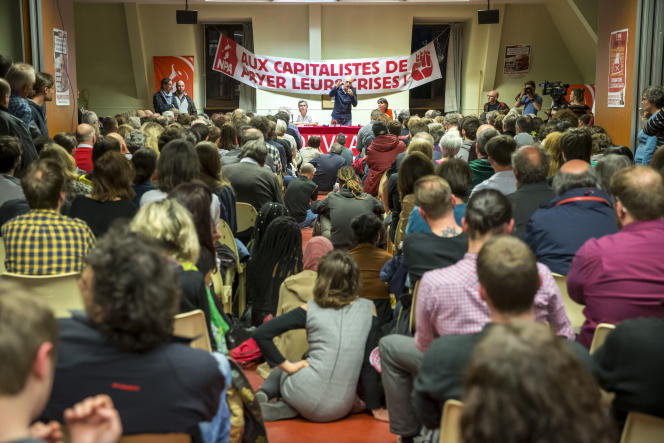 Philippe Poutou, candidat du NPA à la présidentielle 2017, participe à un meeting de campagne à Rouen, jeudi 6 avril 2017.