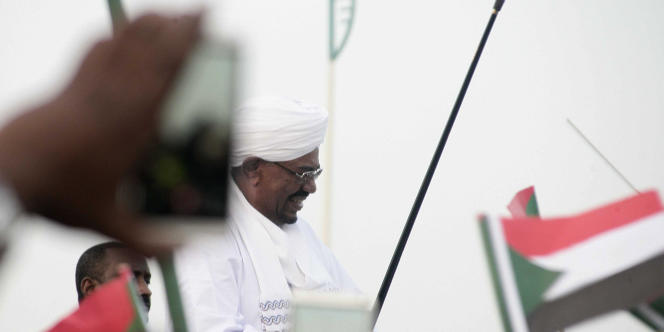 Le président soudanais, Omar Al-Bachir, de retour à Khartoum, le 15juin 2015, après s'être rendu à Johannesburg pour un sommet de l'Union africaine.