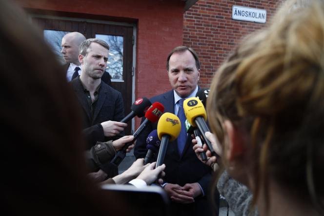 Le premier ministre suédois, Stefan Löfven, fait une déclaration à Drottninggatan dans le centre de Stockholm, le 7 avril.