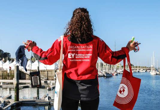 Le slogan du cabinet de conseil et d'audit Ernst & Young, partenaire de la 49e Course croisière Edhec, figure sur la veste des étudiants qui l'organisent.