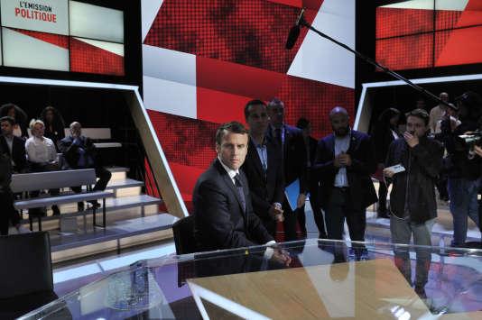 Emmanuel Macron sur le plateau avant l'enregistrement de «L'Emission politique».