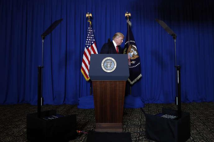 Donald Trump, à Mar-a-lago (Floride), annonce qu'une opération militaire contre la Syrie a eu lieu, le 6 avril.