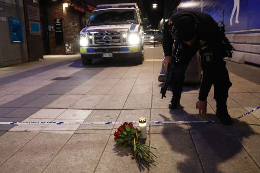 Le premier ministre, Stefan Löfven, a déposé des fleurs et une bougie sur le trottoir à quelques mètres des lieux de l'attaque, dans le centre de Stockholm, le 7 avril.