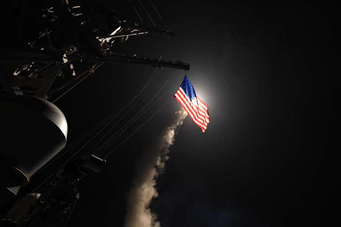 Le destroyer «Ross» de la marine américaine tire un missile d'attaque terrestre Tomahawk de la mer Méditerranée, le 7 avril 2017.