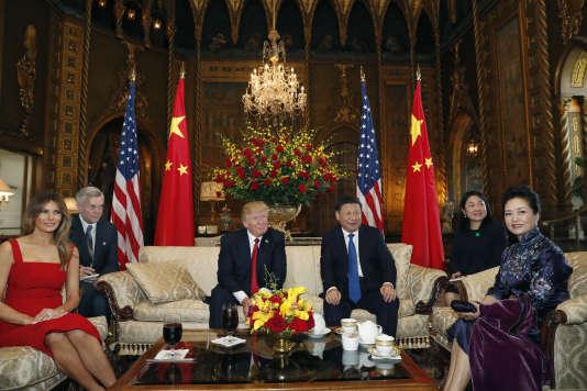 Donald Trump et Xi Jinping, entourés de leurs épouses, lors d'une séance photo avant leur premier entretien à Mar-a-Lago en Floride, le 6 avril.
