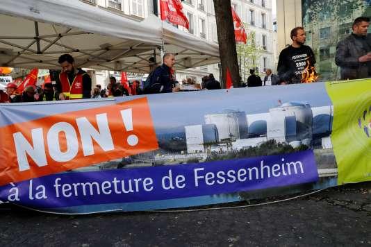 Manifestants opposés à la fermeture de la centrale atomique de Fessenheim, devant le siège d'EDF à Paris, le 6 avril.