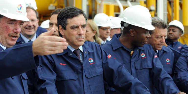 L'ancien premier ministre français François Fillon sur une plateforme pétrolière du groupe Total au Nigeria, en 2009.