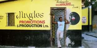 Le chanteur U U Madoo devant le dancehall Skateland, à Kingston, en 1987.