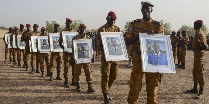Au cimetière de Ouagadougou, le 20décembre 2016, des militaires rendent hommage aux douze soldats tués lors d'une attaque djihadiste à Nassoumbou, dans le nord du Burkina Faso, quatre jours plus tôt.