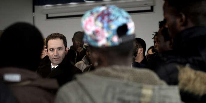 Benoît Hamon lors d'une rencontre avec des migrants à Trébeurden, en Bretagne, le 1ermars 2017.