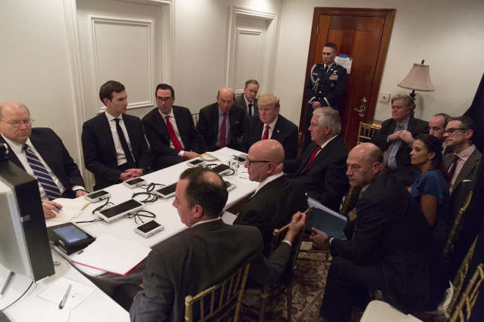 Donald Trump entouré de ses conseillers, lors d'une réunion consacrée aux frappes américaines contre le régime de Damas, le 6avril, dans le club de Mar-a-Lago, en Floride.