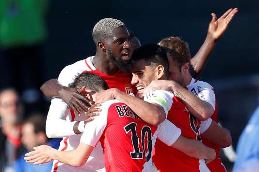 L'attaquant de Monaco, Radamel Falcao, célèbre son but synonyme de victoire face à Angers, le 8 avril, dans le cadre de la 32e journée de Ligue 1.