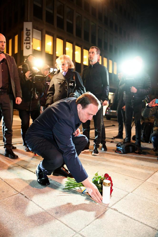 Stefan Löfven, premier ministre suédois, dépose un bouquet à proximité de l'endroit de l'attentat, le 7 avril.