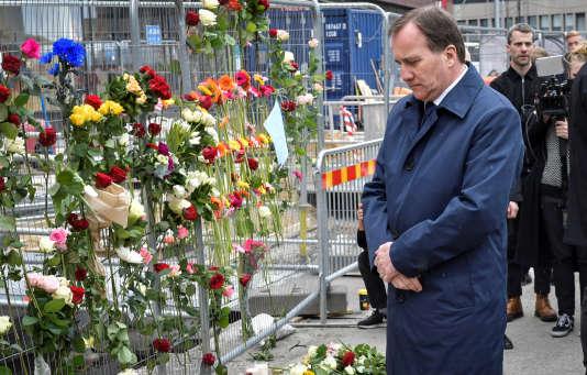 Le premier ministre suédois, Stefan Löfven, se recueille sur les lieux de l'attaque qui a coûté la vie à quatre personnes.