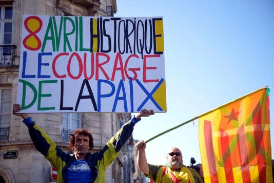 Un manifestant à Bayonne, le 8 avril, venu saluer le désarmement de l'ETA.