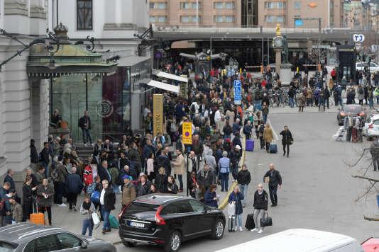 La police évacue la gare centrale de Stockholm, le 7 avril. Beaucoup d'habitants sont rentrés chez eux à pied.