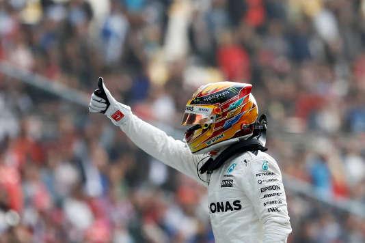 Déterminé et heureux, Lewis Hamilton (Mercedes) réussit le doublé le 8 avril à Shanghaï : pole position et record absolu du tour.