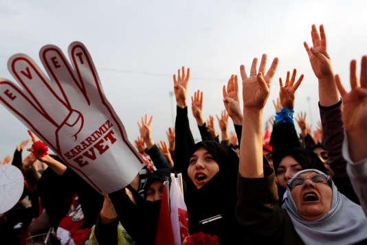 Des partisans du « oui» au référendum constitutionnel voulu par le président turc, le 8 avril à Istanbul, lors d'un meeting de M.Erdogan.