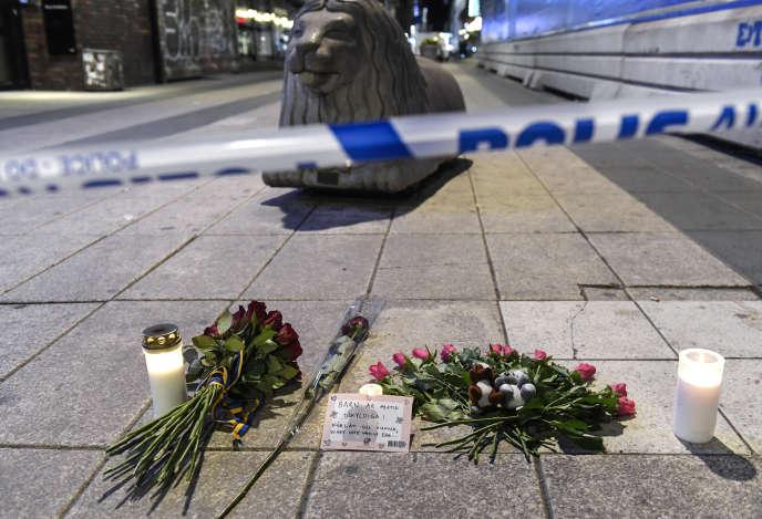 Fleurs et bougies déposées en hommage aux victimes de l'attaque terroriste du 7 avril 2017 à Stockholm.