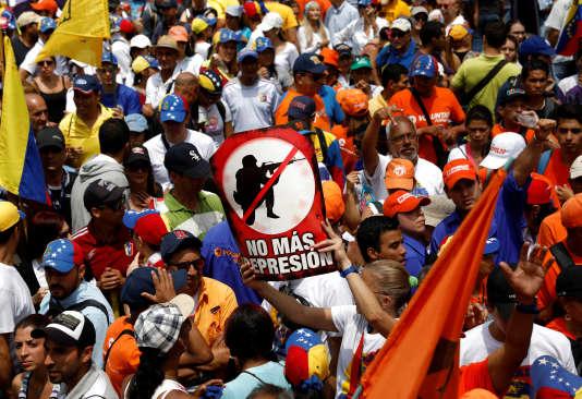 L'une des manifestations des opposants au gouvernement Maduro, à Caracas, samedi 8avril.
