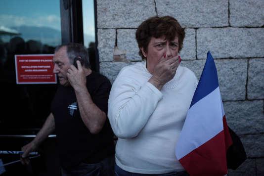 Des spectateurs évacués du Palais des congrès d'Ajaccio après que dugaz lacrymogène se soit répandu dans la salle du meeting de Marine Le Pen le 8 avril.