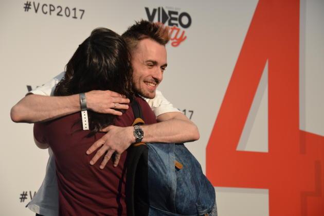 """Squeezie et une fan échangent un """"hug"""", le 8 avril au salon Video city."""