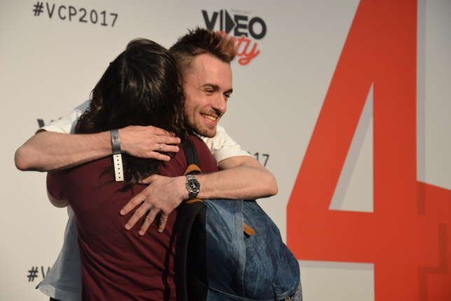 "Squeezie et une fan échangent un ""hug"", le 8 avril au salon Video city."