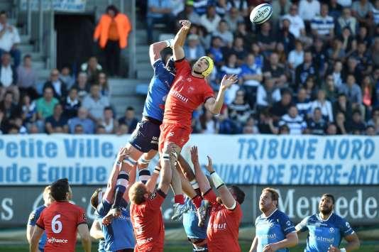 Le Lyonnais Virgile Bruni s'empare du ballon au-dessus des Castrais, le 8 avril au stadePierre-Antoine de Castres.