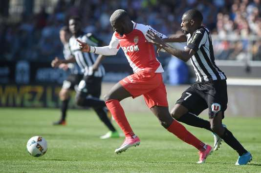 Le milieu de terrain de Monaco Tiemoue Bakayoko se défait de l'attaquant camerounais d'Angers Karl Toko Ekambi, le 8 avril au stade Raymond-Kopa.