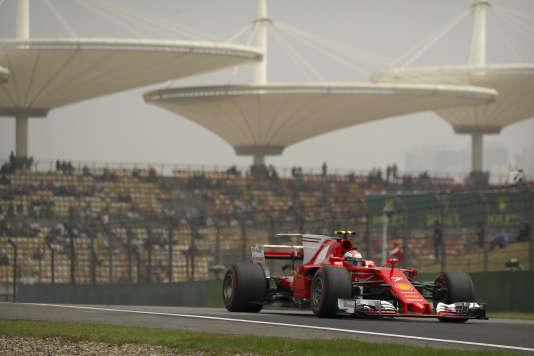 Le pilote Ferrari Kimi Räikkönen devant les emblématiques tribunes du circuit de Shanghaï, lors des qualifications, samedi8avril.