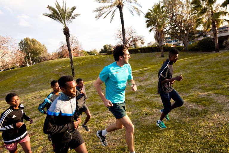 Rotem Genossar entraîne un groupe de courreurs dans le parc public Edith-Wolfson à Tel-Aviv en mars 2017.