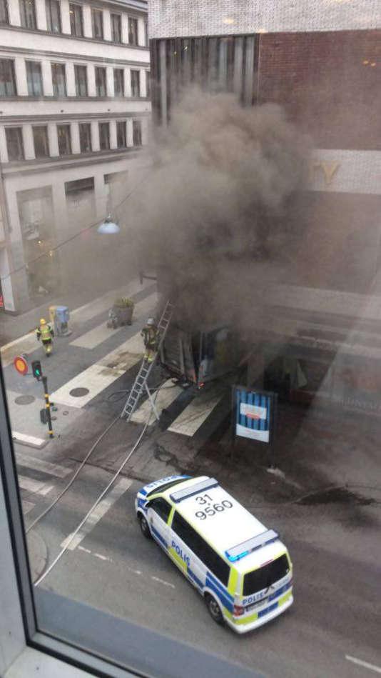 Le camion encastré dans la devanture du grand magasinÅhlens, dans le centre de la capitale suédoise, le 7 avril.
