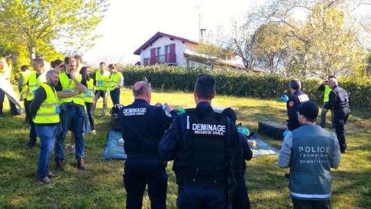 Des démineurs sur l'un des sites d'une cache d'armes.172 «observateurs» ont été mobilisés pour sécuriser et attendre les forces de police.