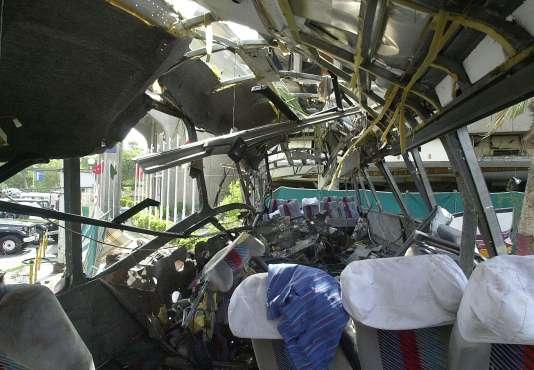 «Nous, victimes de l'attentat de Karachi, constatons que la règle inéluctable selon laquelle un juge doit quitter ses fonctions après dix années d'exercice a conduit à ce que ce dossier ne soit plus du tout instruit» (Le bus transportant des employés français de la Direction des constructions navales après l'attentat du 8 mai 2002).